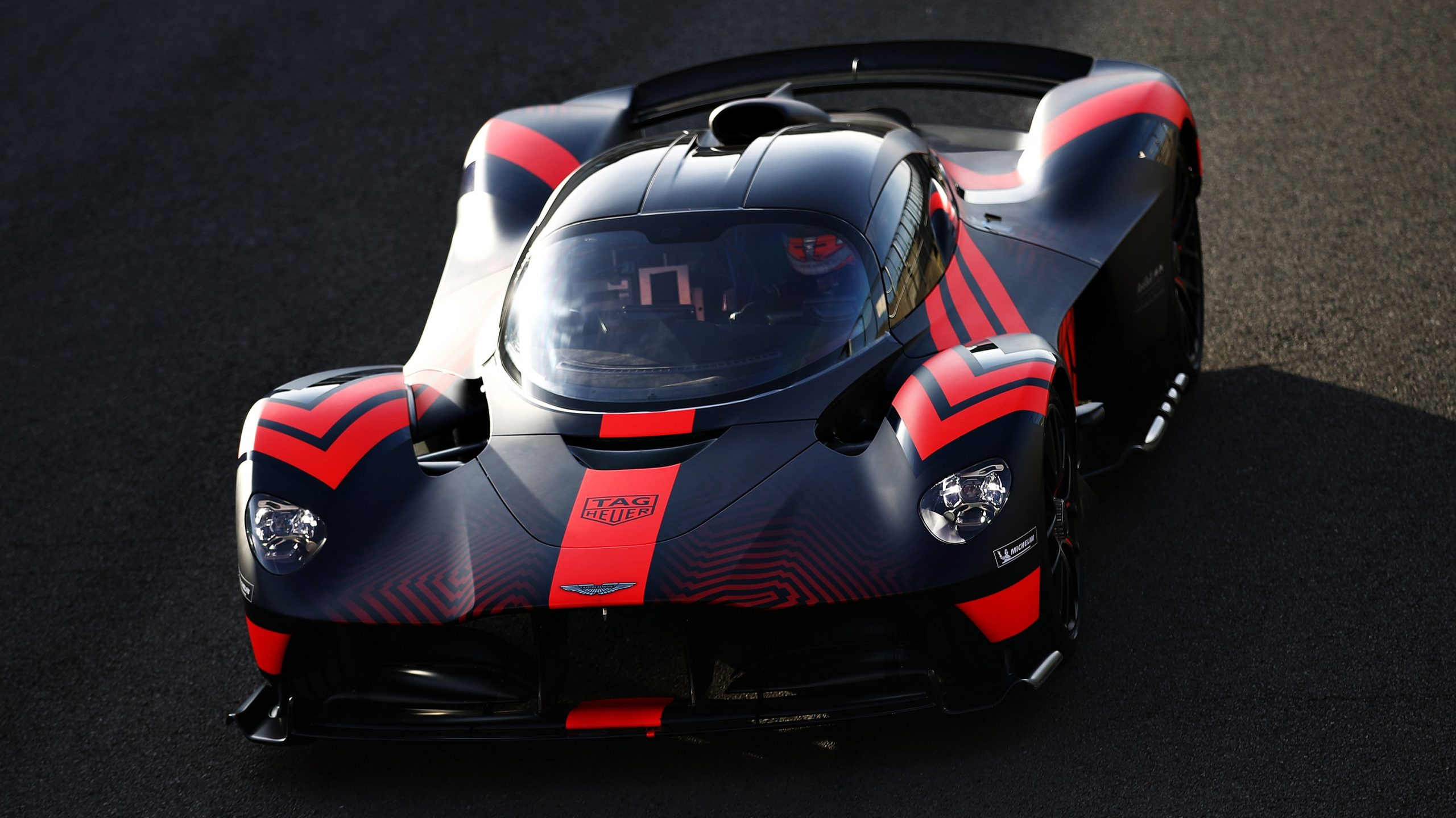 Watch Bonkers Aston Martin Valkyrie S Legs Stretch On The Track Technology Shout